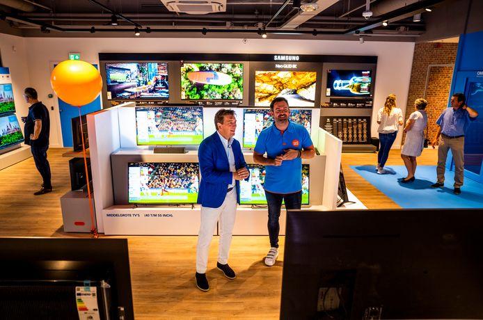 CEO Pieter Zwart (l) en winkelmanager Nick Stigter bij de opening van de nieuwe Cooblue-winkel in winkelcentrum Alexandrium in Rotterdam.