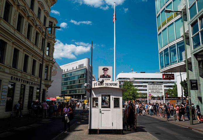 Checkpoint Charlie, genoemd naar de letter C in het telefoonalfabet van de NAVO, was tijdens de Koude Oorlog de grensovergang tussen de Amerikaanse en Russische sector in Berlijn.