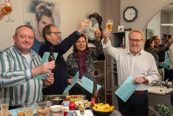 Kapper Wim Leirens stopt er na 46 jaar mee. Zijn trouwe klanten verrassen hem met een feestje.