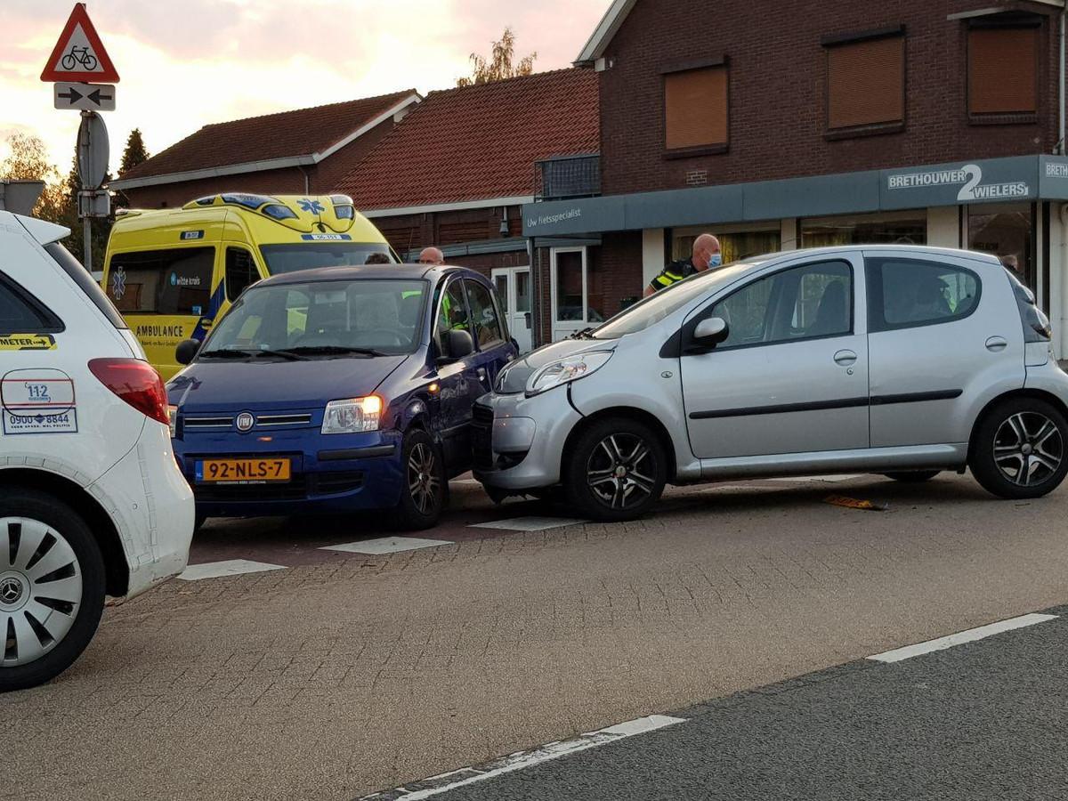 Twee auto's zijn in Gaanderen tegen elkaar gebotst.