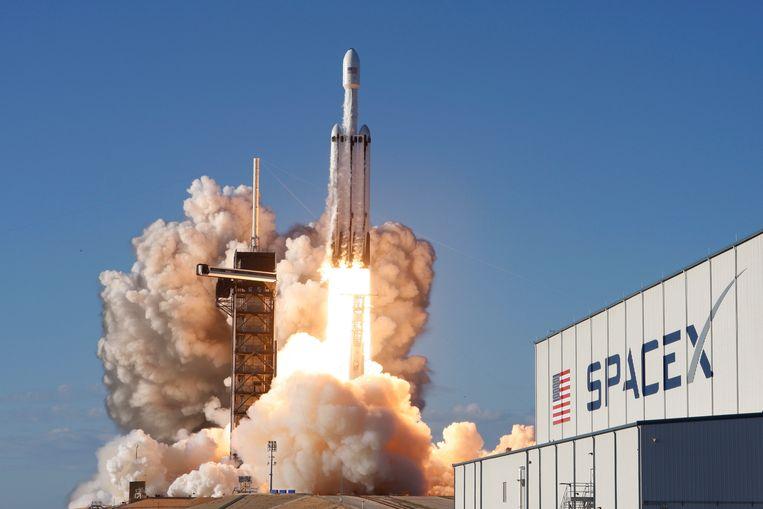Archiefbeeld. Een Falcon Heavy-raket van SpaceX stuwt een communicatiesatelliet de ruimte in. (11/04/2019) Beeld REUTERS