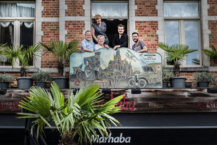 Ali, Carine en drie van hun vier kinderen in hun restaurant.  Beeld Jonas Lampens