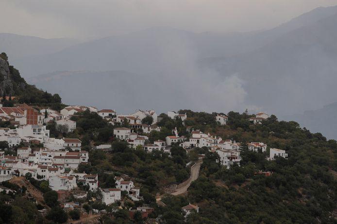 Een bosbrand woedt op de Sierra Bermeja-berg bij het stadje Gaucin in Estepona, Spanje.