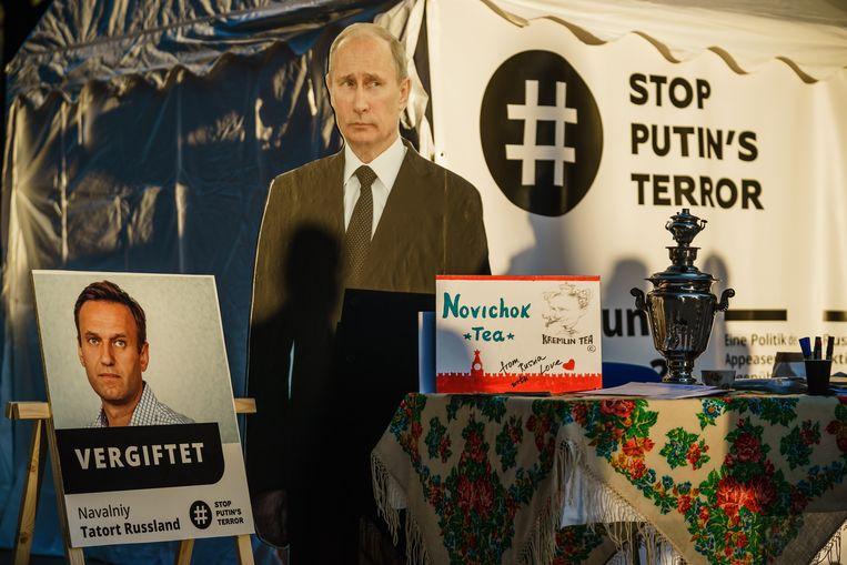 Een protestkraam tegenover de Russische ambassade te Berlijn beschuldigt president Poetin van het opdracht geven tot het vergiftigen van oppositieleider Aleksej Navalny. (16/04/2020) Beeld EPA