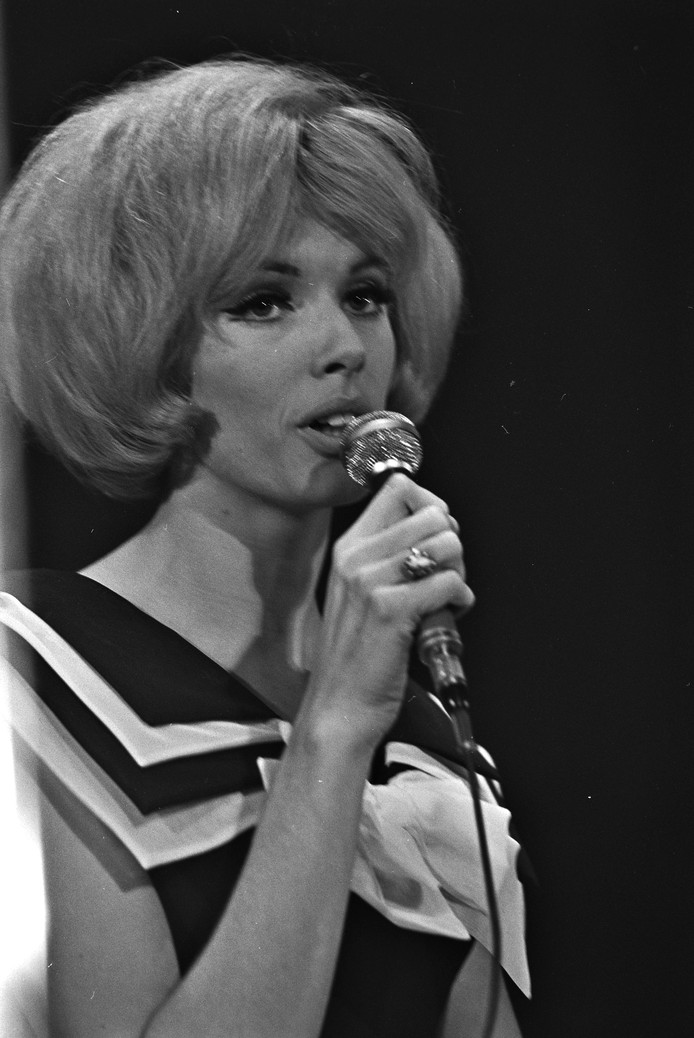 Ria Valk in 1964, tijdens het zingen van een chanson, iets heel anders dan 'Rockin Billy', het lied dat Trekdrop en De Zuurtjes  tijdens troostoptredens vertolken.