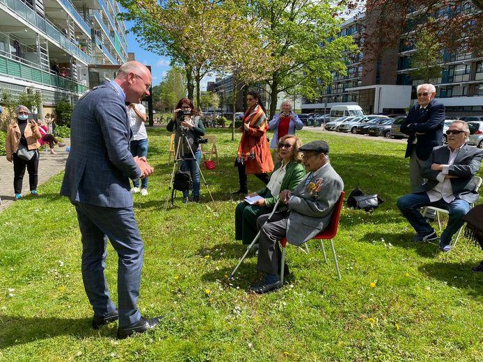 Verjaardagsfeestje in de zon voor Pieter de Kock die 103 jaar is geworden en daarmee een van de oudste veteranen in Nederland met bezoek van burgemeester Klaas Tigelaar van Leidschendam-Voorburg waar De Kock woon.