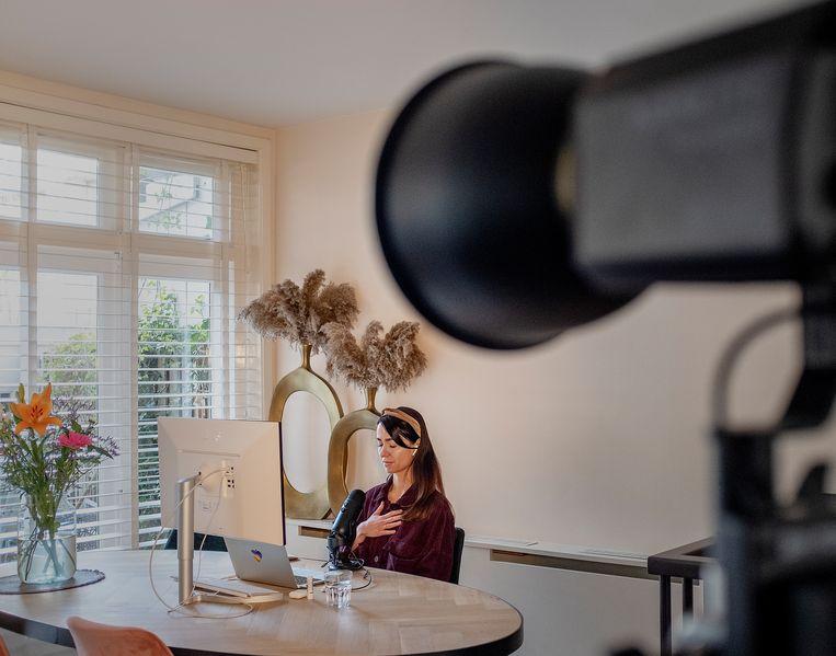 Henny Abdel Malek-Verboom geeft een meditatiesessie vanachter haar computer. Beeld Patrick Post