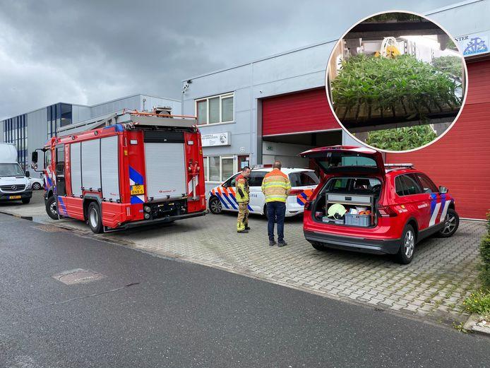 De brandweer en de politie voor het pand met de wietplantage. Inzet: de vondst.