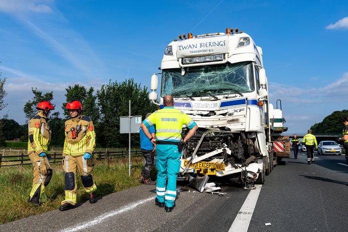 Een vrachtwagen wordt weggesleept.