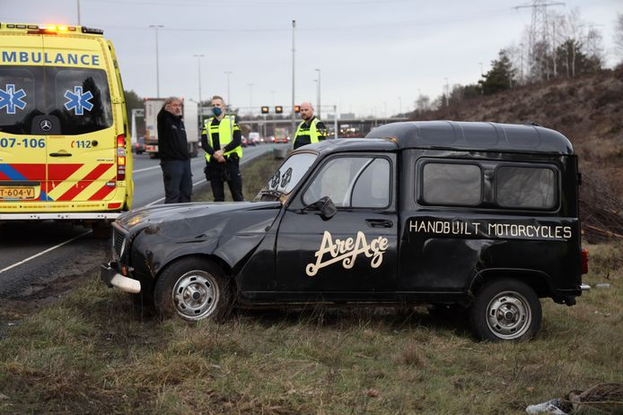 De auto staat uiteindelijk weer op de wielen nadat deze door een ongeluk over de kop ging op de A50.