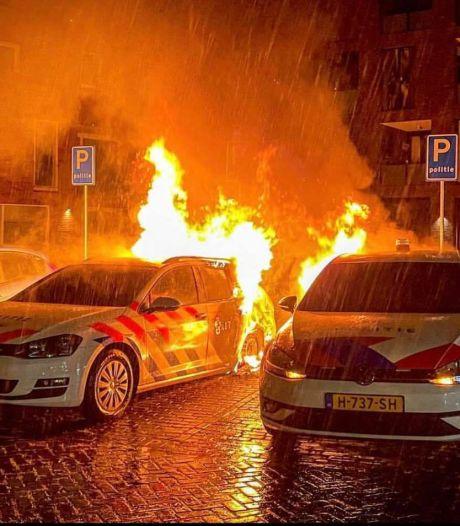Politiewagens in vlammen op in Gemert, vuur vermoedelijk aangestoken
