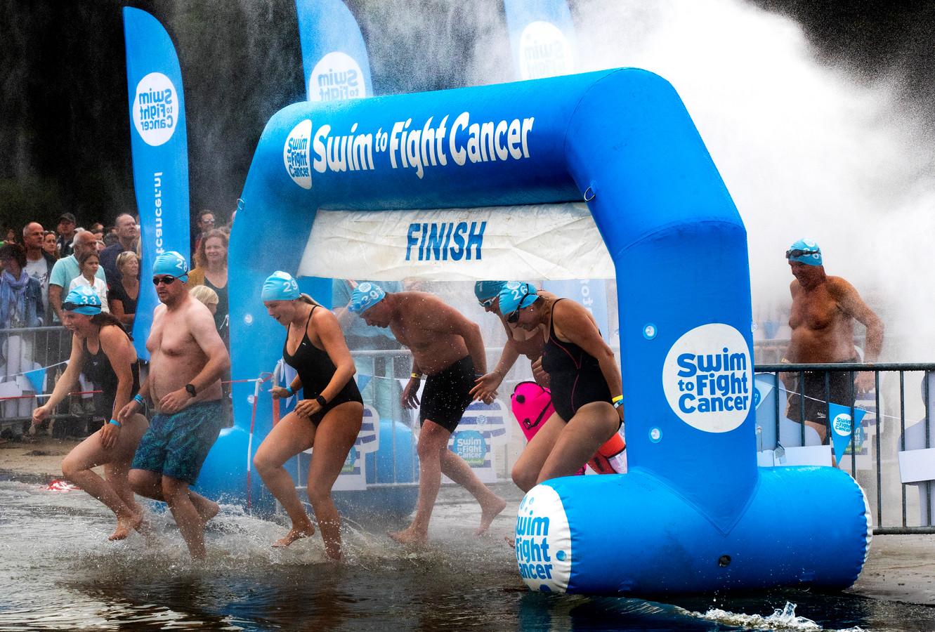 Deelnemers aan de zwemtocht klaar om te vertrekken voor Swim to Fight Cancer in Braamt. Foto: Theo Kock