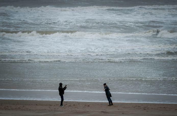 Langs de westkust, in het Waddengebied en in Zuid-Limburg komen zware windstoten voor van 75 tot 90 kilometer per uur.
