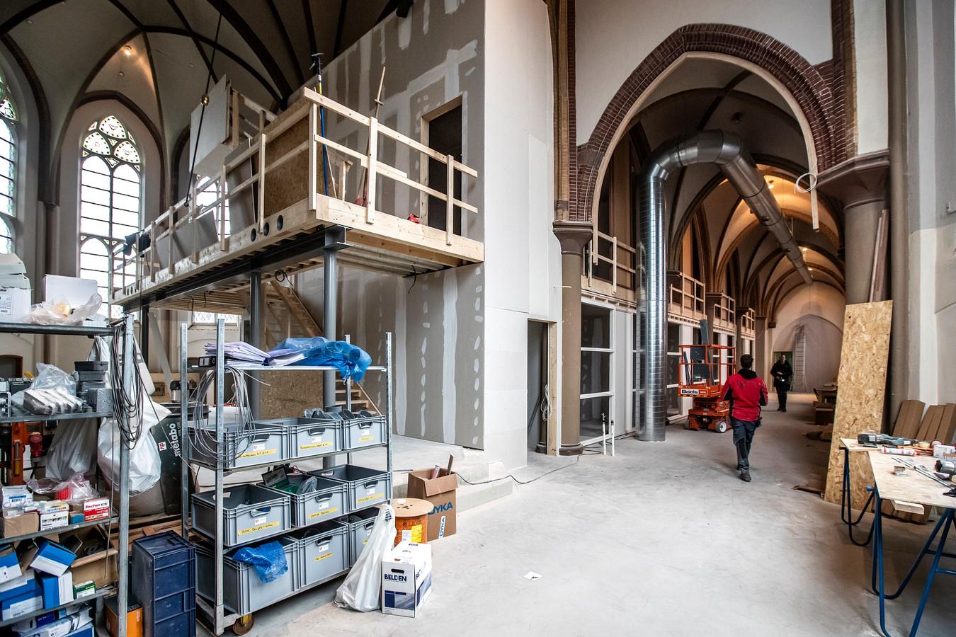 Het is een grote bouwplaats: de werkmensen hebben kratten vol spullen staan, die langzamerhand allemaal in het gebouw verdwijnen. Over ruim twee maanden moet het klaar zijn.