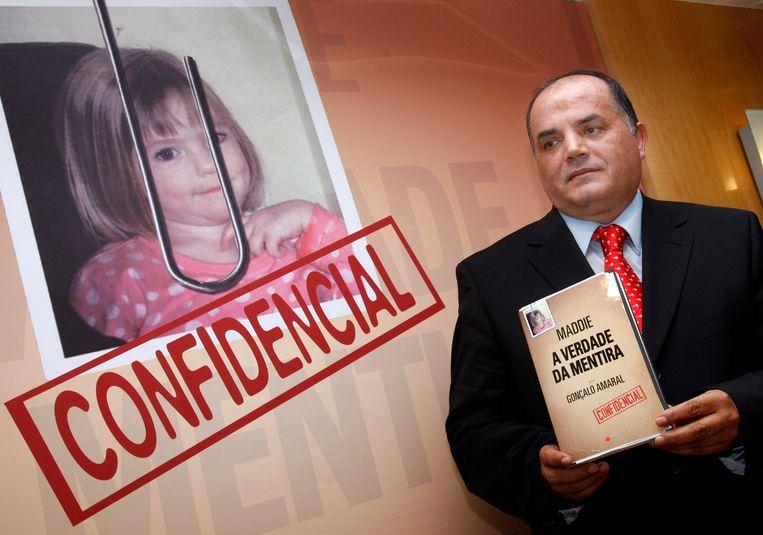 Speurder Goncalo Amaral met zijn boek 'De waarheid van de leugen' in 2008, waarin hij beweert dat de ouders van Maddie de ontvoering van hun dochter verzonnen. Beeld ASSOCIATED PRESS