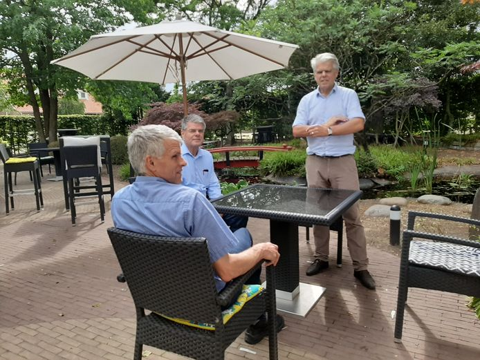 Vlnr Willie, Gerrie en Frans Derks in de tuin van De Linde: 'Hoezo geen ruimte?'