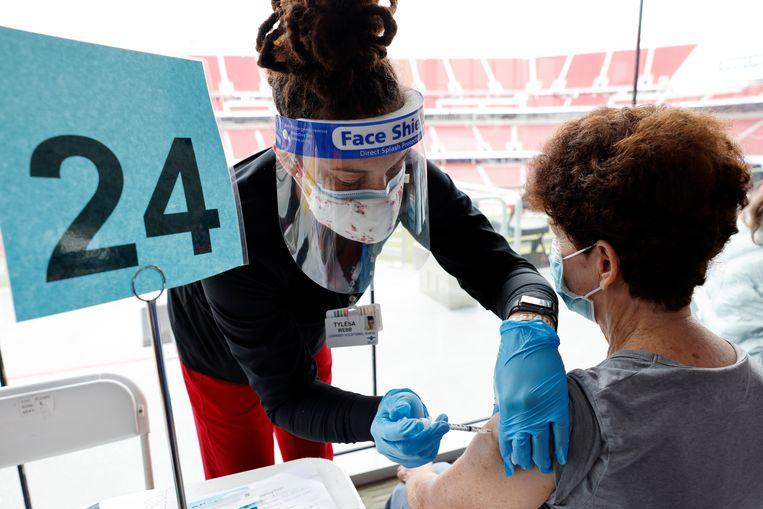 Een Amerikaanse zorgmedewerker krijgt een prik in het Levi's Stadium in San Francisco, dat nu dienstdoet als vaccinatielocatie.  Beeld EPA