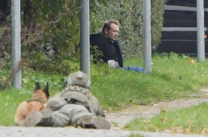 Madsen werd tegen een hek gedreven door de politie en een tijdlang onder schot gehouden.