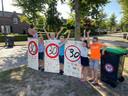 Buurtkinderen met hun beschilderde 'verkeersborden'