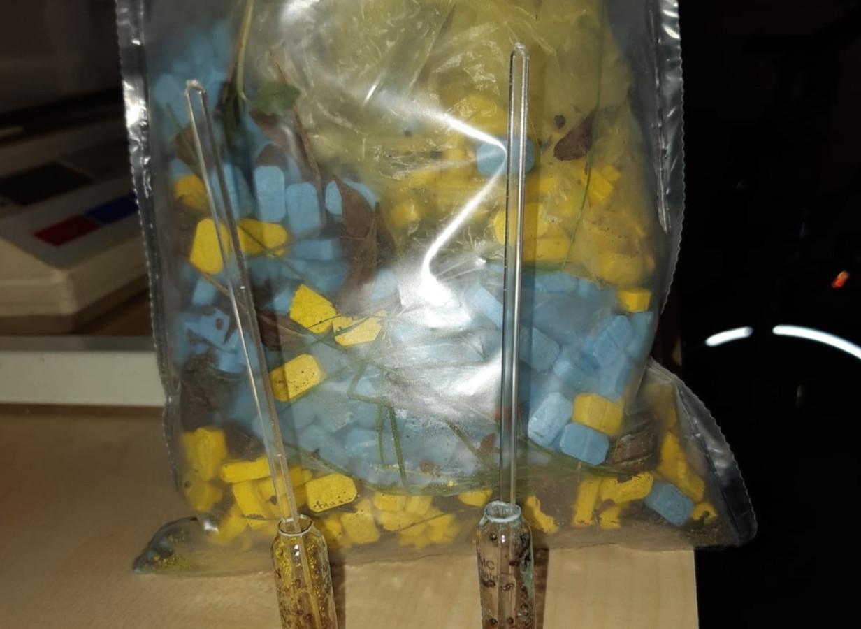 De drugs werden aangetroffen in de bosjes in Waspik.