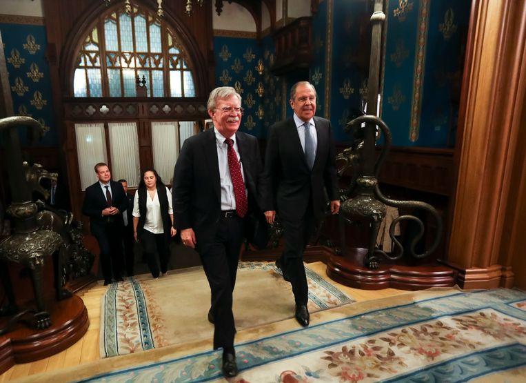 De Amerikaanse veiligheidsadviseur John Bolton en de Russisch Minister van Buitenlandse Zaken Sergei Lavrov in Moskou voorafgaande aan hun besprekingen.  Beeld AP