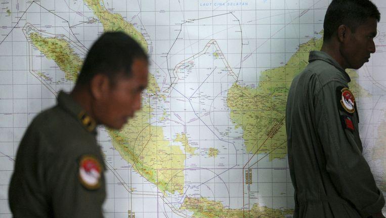 Indonesische officieren bij een kaart van Maleisië en omgeving Beeld ap