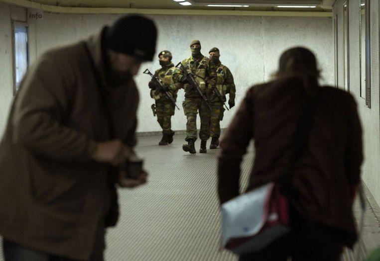Militairen patrouilleren in de Brusselse metro. Beeld PHOTO_NEWS