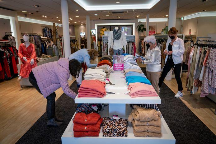 """Bij Janse Mode (Woman) in Elst stonden de eerste klanten om 09.00 al voor de deur te wachten. ,,Dit is fijner, de spontaniteit is weer terug"""", zegt verkoopster Rita Berendsen."""