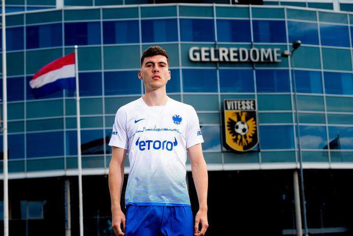 Vitesse-speler Jacob Rasmussen in het nieuwe uitshirt.
