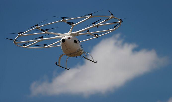 Un prototype de drone électrique de taxi aérien de la start-up allemande Volocopter, qui décolle et atterrit verticalement, effectue un vol sans passager au-dessus de l'aéroport du Bourget, près de Paris, en France, le 21 juin 2021.