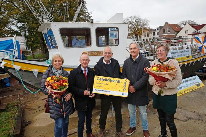 Blije gezichten nadat de ANWB een cheque van 10.000 euro voor ombouw van het Geuzenveer bracht.