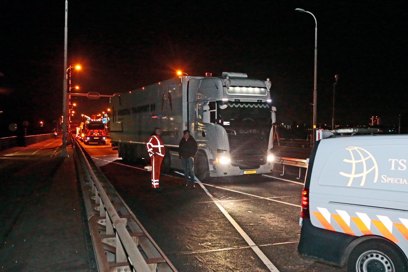 De vrachtwagenchauffeur die de afsluiting op de A27 miste, moet wel stoppen omdat wegwerkers met hun eigen wagen de weg blokkeren.