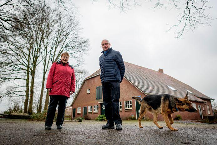 Bert Wolbert van de Heemkunde Weerselo en Gerda Kloosterman-Brunink, bewoonster van de oudste boerderij van Lemselo, kijken uit naar het boek over de geschiedenis van de eeuwenoude marke Lemselo.