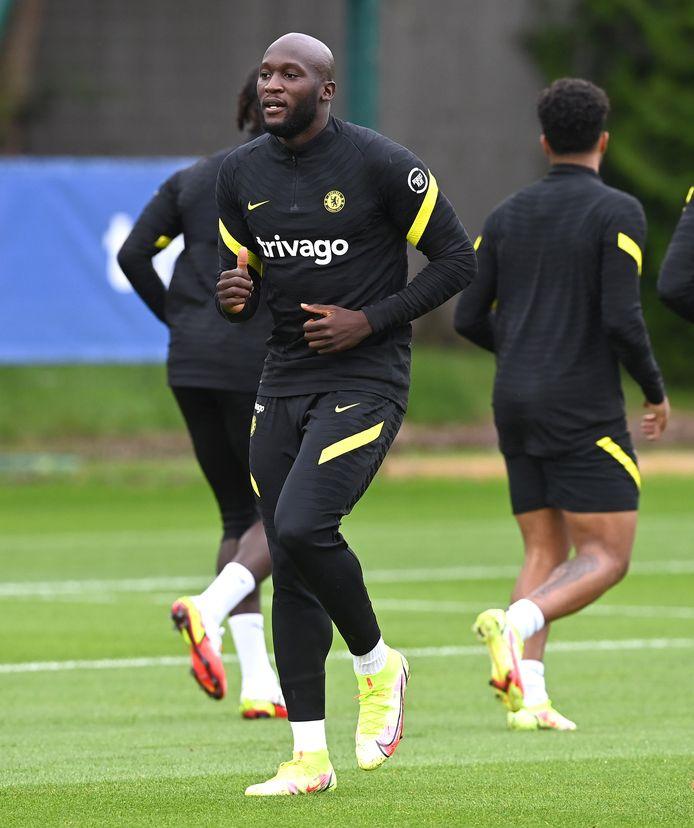 Romelu Lukaku op zijn eerste training bij Chelsea sinds zijn terugkeer...