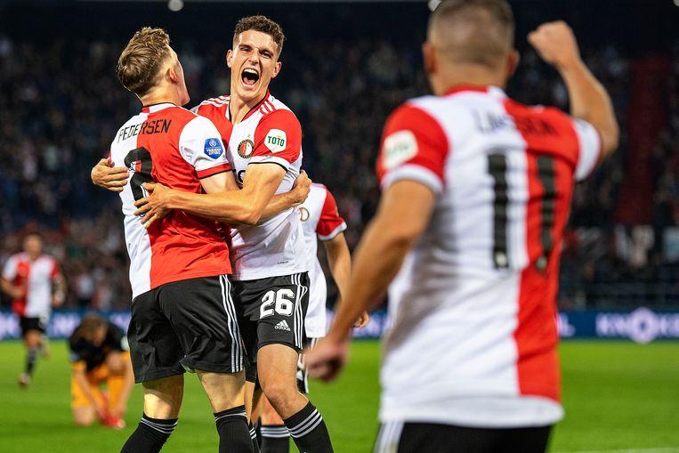 Guus Til (nr. 26) heeft Feyenoord op een 1-0-voorsprong gezet en viert dat samen met zijn ploeggenoten.  Beeld Foto Guus Dubbelman / de Volkskrant