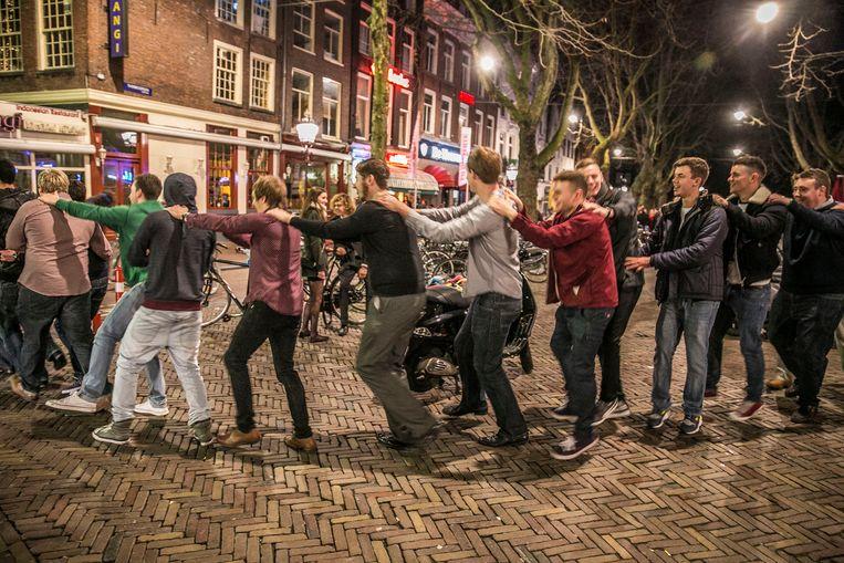Vlak voor het Pinksterweekend willen de onderhandelaars  een signaal geven aan de Amsterdammers.  Beeld Amaury Miller
