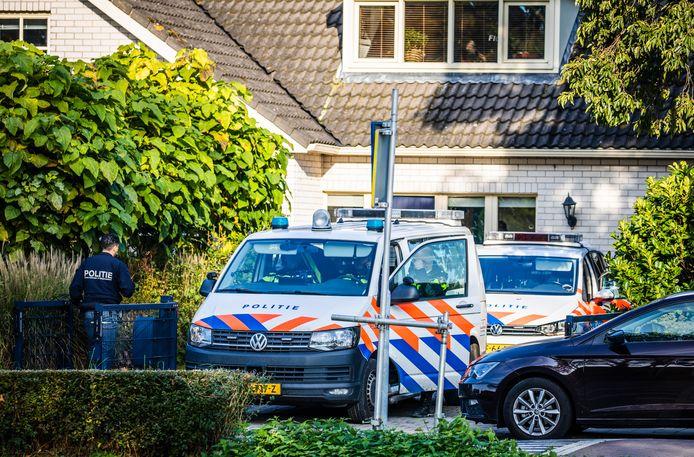 Politie en FIOD doen een inval in een woning aan de Vroonweg in Dirksland.