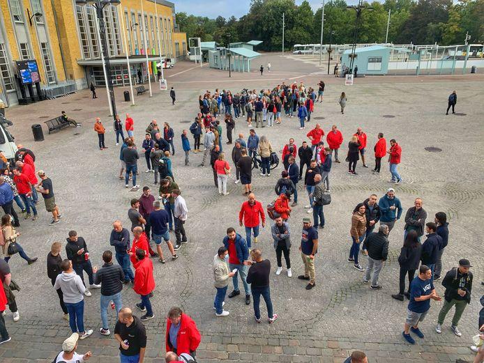 ABVV-betogers verzamelen op het stationsplein van Brugge.