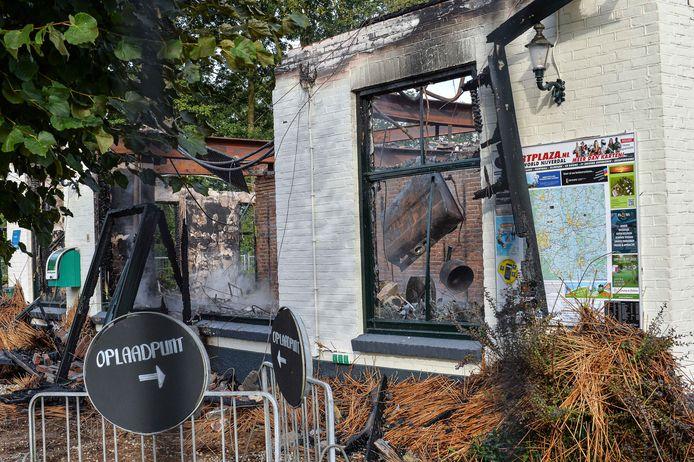 De Rietstulp ging volledig in vlammen op.