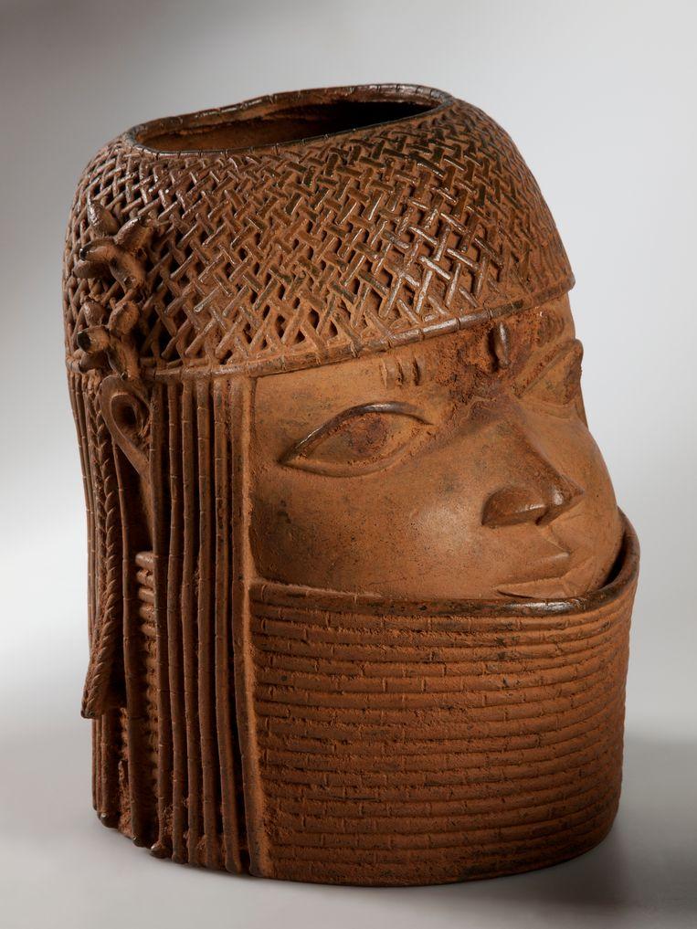 Bronzen hoofd uit de 17de eeuw. Een typische 'Benin bronze' in de collectie van het Nationaal Museum van Wereldculturen. Geroofd bij de plundering van Benin City door de Britten in 1897. Beeld Collectie Nationaal Museum van Wereldculturen