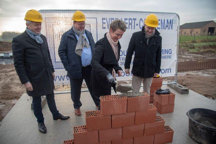 Directeur Hans Heyse en voorzitter Louis Vervloedt (KLE Het Volk), schepen Els De Turck en schepen Christ Meuleman (CD&V) leggen de eerste steen voor 18 sociale koopwoningen op Groot Bewijk.