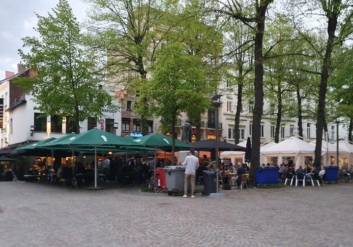 De terrassen op de Graanmarkt zaten volledig vol om 21 uur.