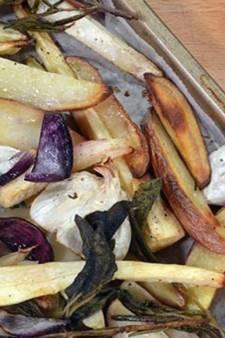 Traybake met wintergroenten & kruiden en runderworst