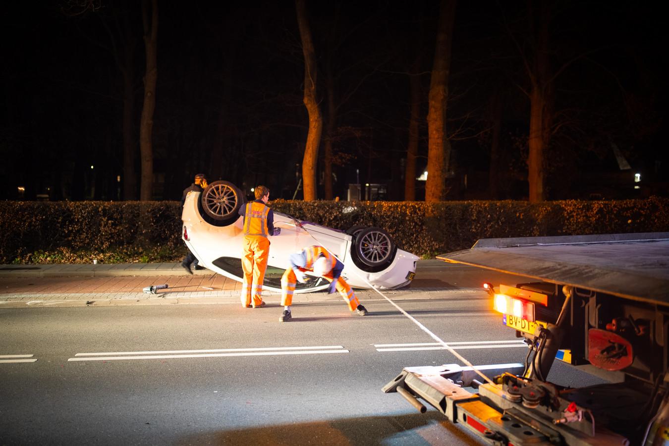 Een botsing tussen twee auto's op de Stationsweg in Wezep.