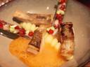 Snoekbaars geserveerd met scheermesjes, die gevuld zijn met rode paprika en chorizo-olie.