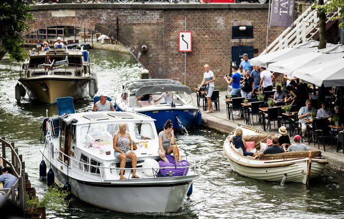 Bootjes op de Oude gracht in het centrum van Utrecht.