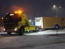 Trailer schiet los van vrachtwagen op rotonde in Holten