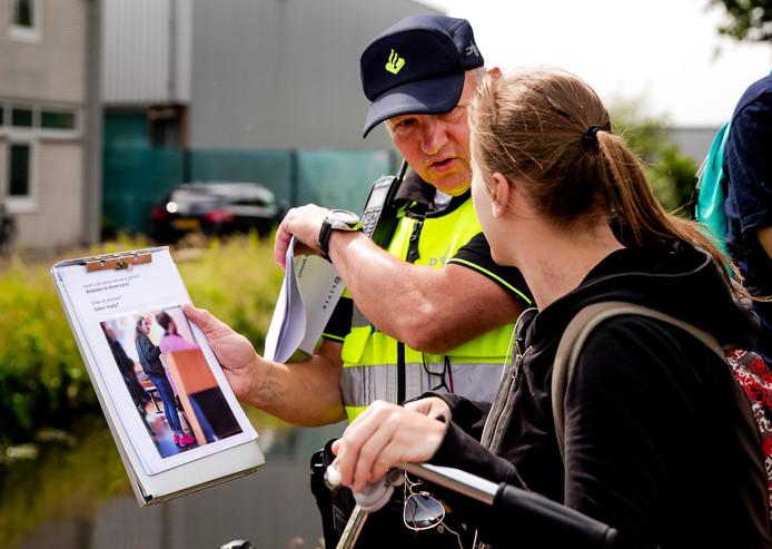 De politie deelde donderdag flyers uit bij de vindplaats van het lichaam van Savannah in Bunschoten. Het lichaam van het 14-jarige meisje werd enkele dagen nadat zijn verdween gevonden in het water bij een industrieterrein.