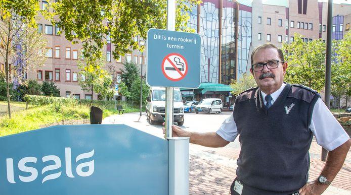 Joop van der Veer liep als beveiliger 35 jaar door ziekenhuizen De Weezenlanden en Isala in Zwolle. Bij zijn afscheid vertelt hij over zijn vele ervaringen.