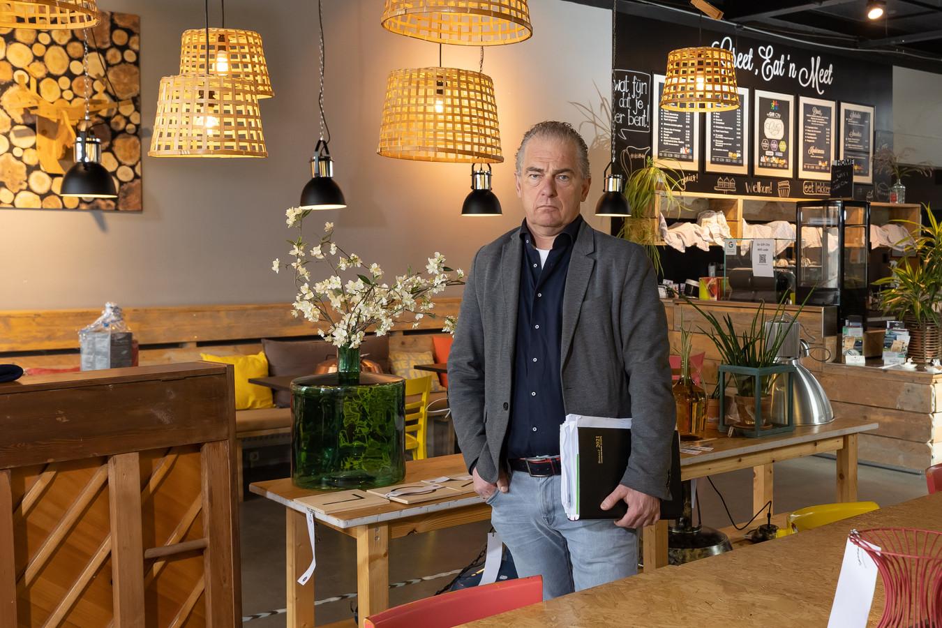 Bedrijfsleider Harry Wilbrink (de Gift City) in een leeg café. De plek waar kwetsbare mensen weer hun hoofd om het hoekje van de maatschappij steken, zit dicht.